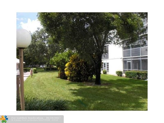 Condo/Co-Op/Villa/Townhouse, Condo 1-4 Stories - Coconut Creek, FL (photo 2)