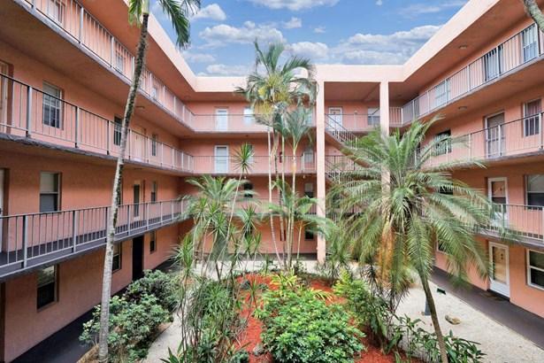 < 4 Floors, Condo/Coop - Lauderdale Lakes, FL (photo 1)