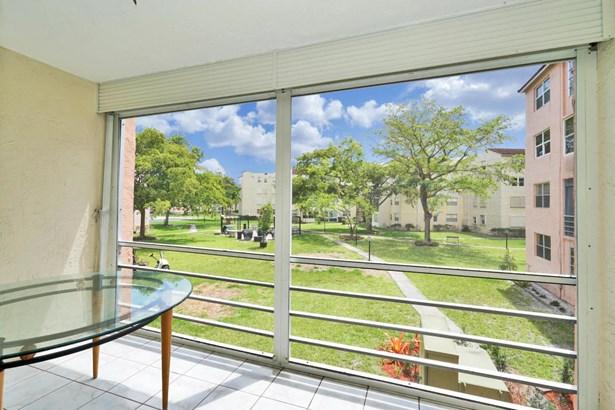 < 4 Floors, Condo/Coop - Lauderdale Lakes, FL (photo 4)