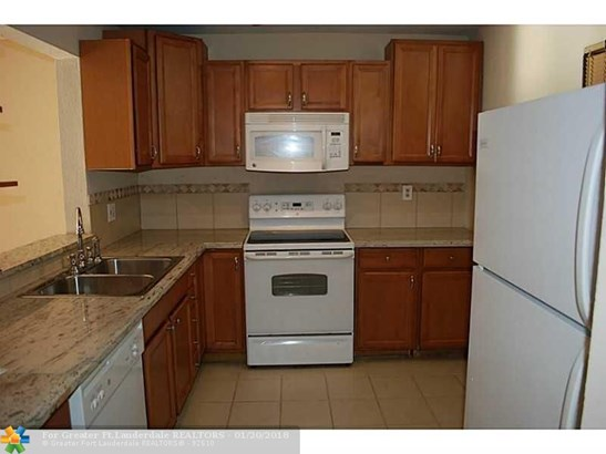Condo/Co-op/Villa/Townhouse - Lauderdale Lakes, FL (photo 2)