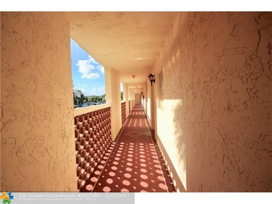 Condo/Co-op/Villa/Townhouse - Margate, FL (photo 2)