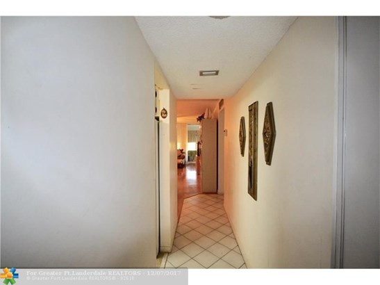 Condo/Co-op/Villa/Townhouse - Margate, FL (photo 3)