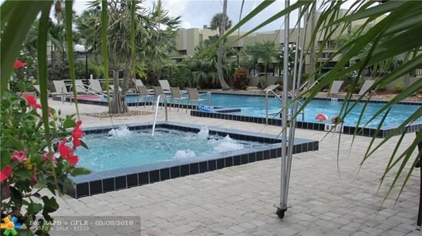Condo/Co-op/Villa/Townhouse - Pompano Beach, FL (photo 5)