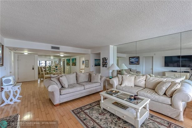 Condo/Co-op/Villa/Townhouse - Lauderdale By The Sea, FL