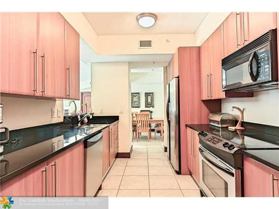 Condo/Co-Op/Villa/Townhouse, Condo 5+ Stories - Deerfield Beach, FL (photo 2)