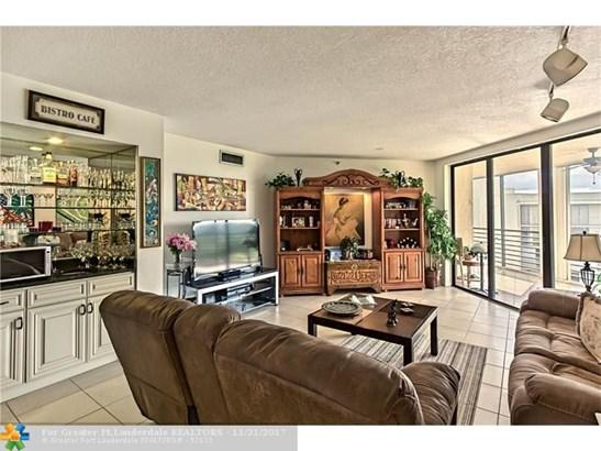 Condo/Co-op/Villa/Townhouse - Lauderhill, FL (photo 2)