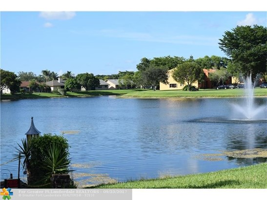 Condo/Co-op/Villa/Townhouse - Sunrise, FL (photo 2)