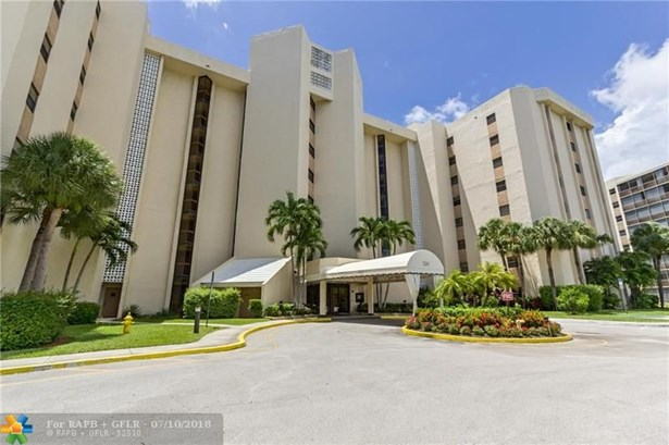 Condo/Co-op/Villa/Townhouse - Lauderhill, FL (photo 1)