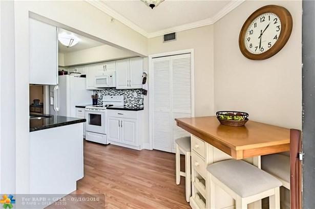 Condo/Co-op/Villa/Townhouse - Lauderhill, FL (photo 4)