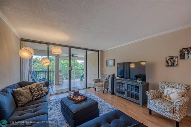 Condo/Co-op/Villa/Townhouse - Hollywood, FL
