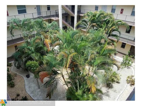 Condo/Co-op/Villa/Townhouse - Lauderdale Lakes, FL (photo 5)