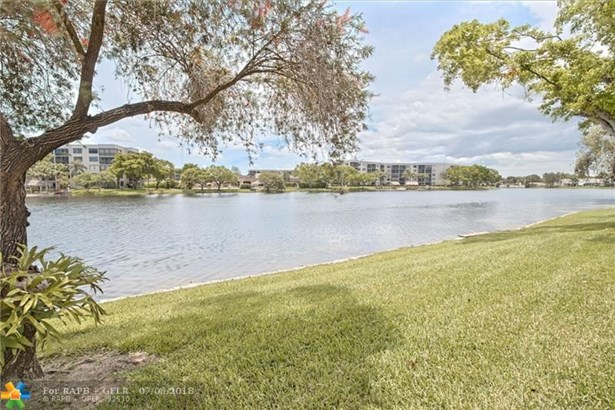 Condo/Co-op/Villa/Townhouse - Pembroke Pines, FL (photo 1)
