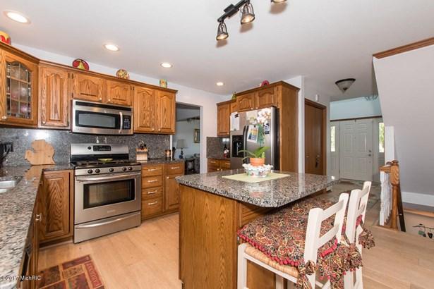 Single Family Residence, Traditional - Battle Creek, MI (photo 4)