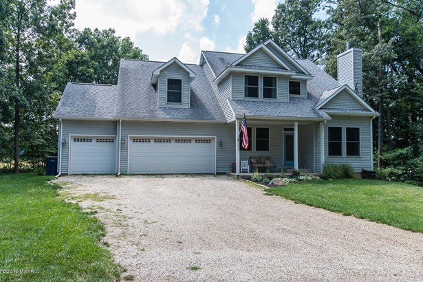 Single Family Residence, Traditional - Delton, MI (photo 4)