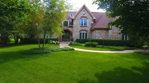Traditional, Detached Single - Lake In The Hills, IL (photo 2)