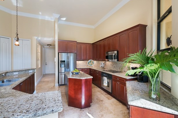 Gourmet Kitchen with Island & Counter Seating (photo 4)