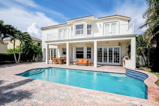 Spacious Lakefront Pool Home (photo 1)