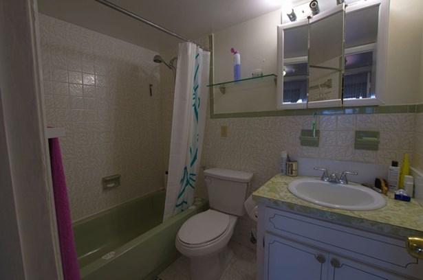 Bathroom (photo 2)