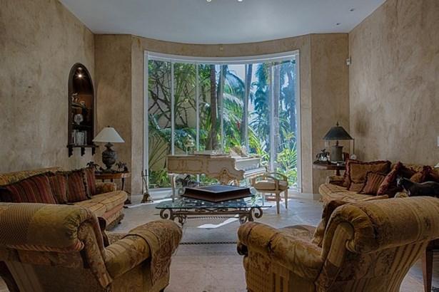 Formal living room (photo 5)