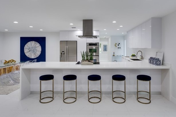 Generous counter for family gatherings (photo 4)