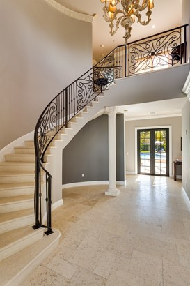 Courtly foyer entrance (photo 5)