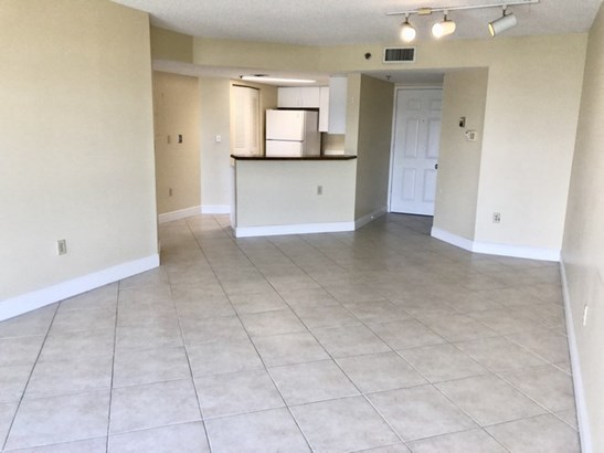 LIVING/DINING AREA (photo 4)