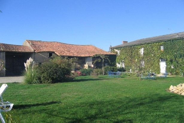 Mirebeau - FRA (photo 1)