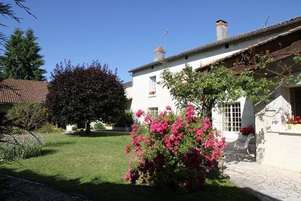 Monts-sur-guesnes - FRA (photo 1)