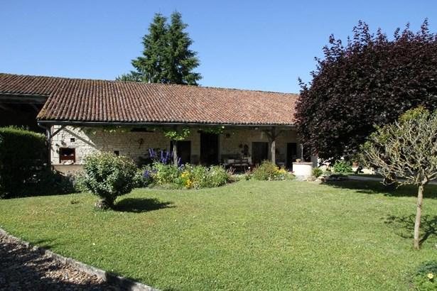 Monts-sur-guesnes - FRA (photo 3)
