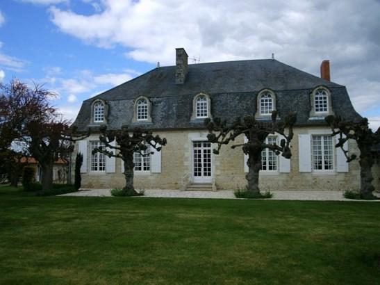 Neuville-de-poitou - FRA (photo 2)