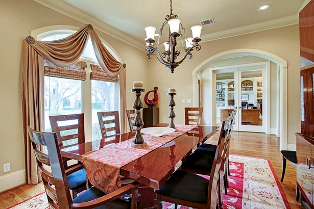 Formal dining room in the front of the home, adjacent to kitchen. (photo 3)