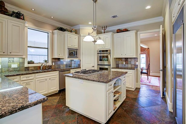 Very efficient island kitchen. Thermador appliances. Granite counters. (photo 5)