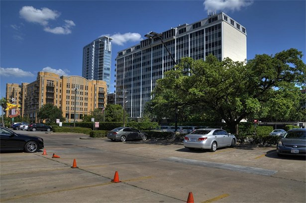 The Regency House is perfectly located at Westheimer and Kirby on the edge of River Oaks. (photo 2)