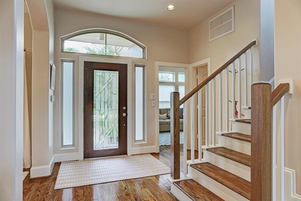 The entry is inviting and filled with natural light. (photo 2)