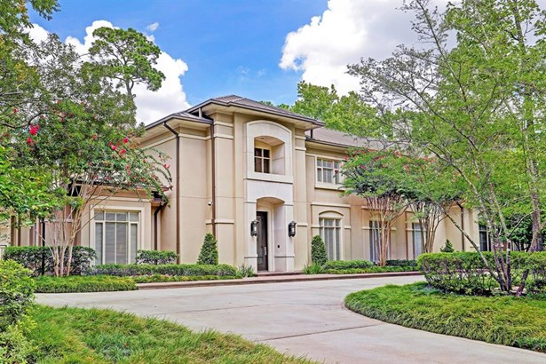 Exceptional Piney Point custom home built by Randy Ratcliff and interiors by Sheila Lyon, ASID. This wonderful cul-de-sac location near Kinkaid School also includes a circle drive, driveway gate and 3-car garage!