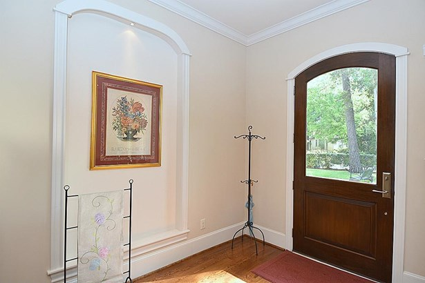 Upon entering the home there are art niches with recessed lighting. (photo 3)