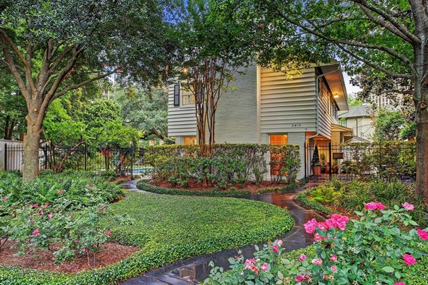 Rare opportunity to move to an idyllic setting in the River Oaks neighborhood. This mid-century 5 bedroom home overlooks the sprawling Stanmore Courtyard. This street is quiet with almost no traffic, yet 5 minutes from downtown! Situated on a large almost