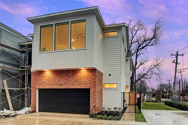 Photo of a similar completed home in another community completed by City Choice Homes. This freestanding single family home projects comfort and style through its thoughtful floor plan and distinctive finishes. Stucco & brick accented by dark window frame
