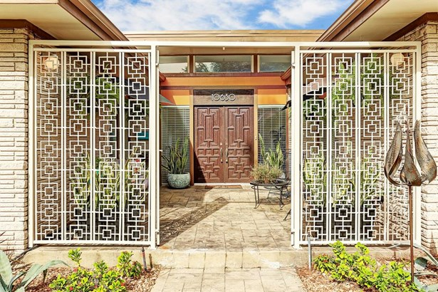 White painted steel French gates open and set the groovy vibe for guests as they enter the residence. Added in 2014, the ornate gates were custom made to compliment the design of the original front doors. The stone walkway is extended from the street up t (photo 3)