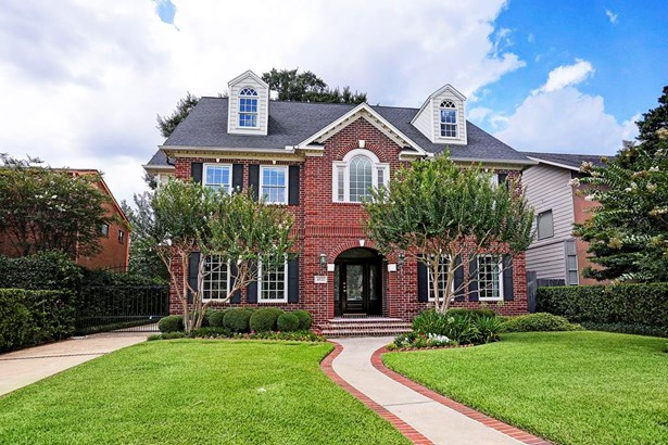 Location, location! This beautiful red brick traditional home is located in the desirable 4500 block of Bellaire inside the loop. It is in close proximity to Bellaire and other inner loop attractions! (photo 1)