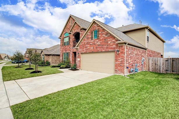 Well maintained front yard with access to back yard by side gate.