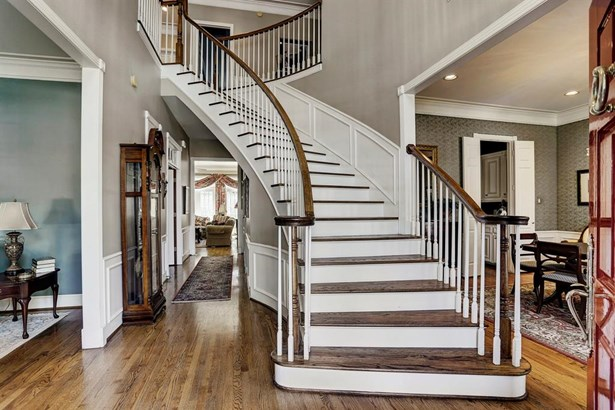 Curved stairwell with hardwood treads. (photo 4)