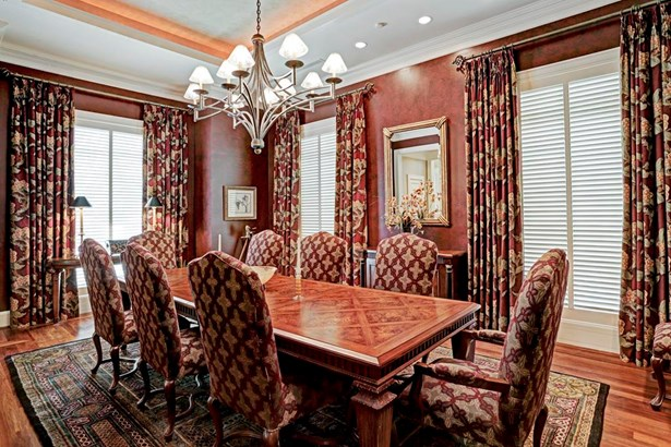 Dining room with walnut floors with rosewood inlay border and faux finished walls. Plantation shutters. (photo 4)