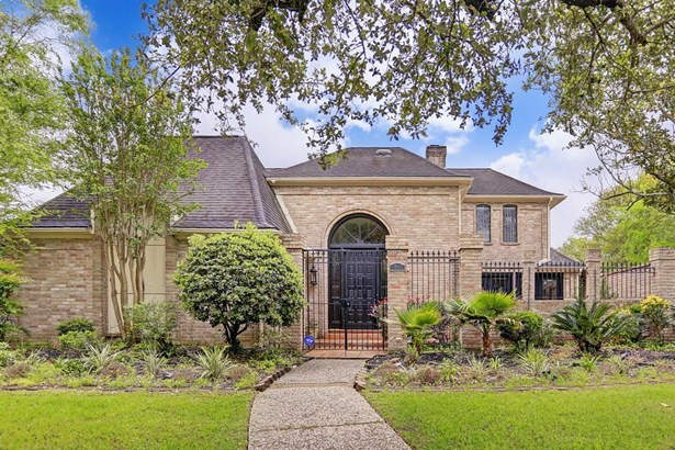 1406 W Brooklake Dr is a 5,415 SF home in the community of Lakeside Place.