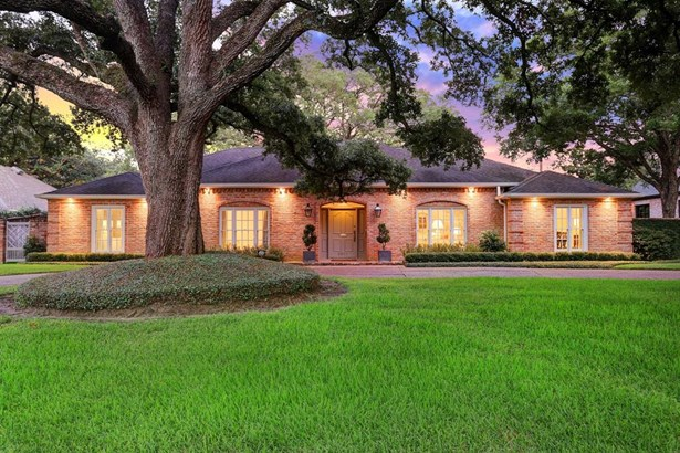 Beautiful 5 bedroom/4 bathroom Tanglewood home that features a large circle drive in front.