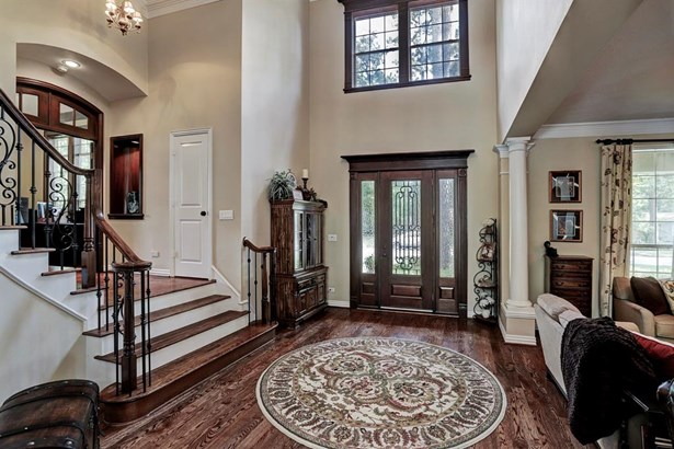 Dramatic 2 story entry opens to a spiral staircase and living area. This floor plan is wonderful for entertaining family and friends. (photo 4)
