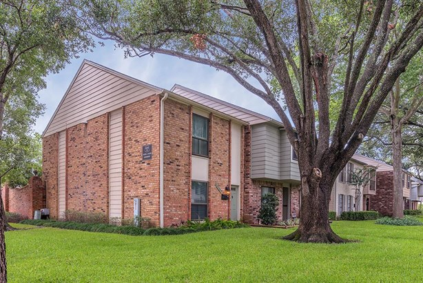 Great corner townhouse in West Houston is conveniently located near Town & Country Village, City Centre, and the Energy Corridor, with easy access to Beltway 8. (photo 1)