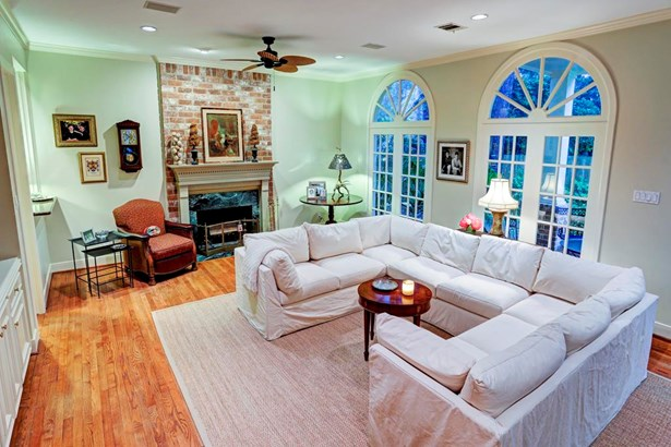 Family Room (26x14) with three arched transom windows overlooking backyard and covered patio.Provides tremendous natural light. Masonry bricked Another view of Family Room towards built ins shelving Speaker system in this room and outdoor patio. (photo 5)