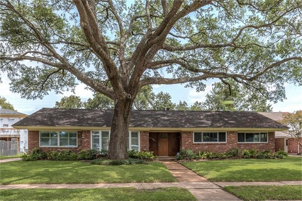 BEAUTIFUL and UPDATEd 3-bedroom home in Meyerland with great curb appeal. (photo 1)