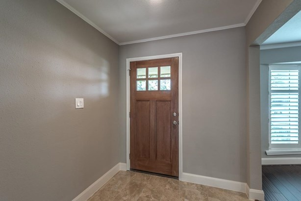 Step inside this wonderful home which has been renovated top to bottom. Fresh and inviting details will delight the most discerning buyer! (photo 4)
